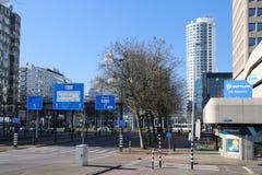 La rotonda famosa con la strada ed i tram ha nominato Hofplein con la fontana nel mezzo Rotterdam del centro nei Paesi Bassi immagine stock libera da diritti
