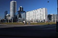 La rotonda famosa con la strada ed i tram ha nominato Hofplein con la fontana nel mezzo Rotterdam del centro nei Paesi Bassi fotografia stock