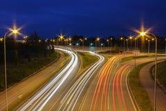La rotonda nella notte sull'esposizione lunga con l'automobile trascina fotografia stock libera da diritti