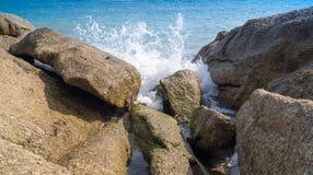 La rottura delle onde sulle rocce Fotografia Stock