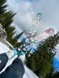 La rottura remota dello sciatore: Ora di pranzo mentre guadagnare vostro restituisce le cascate fotografia stock