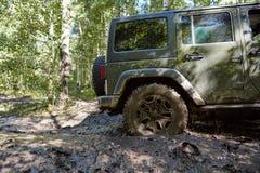 La roue arrière d'un 4WD s'est embourbée dans la boue molle Photo libre de droits