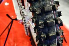 La roue arrière d'une moto image stock