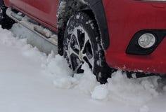 La roue avant de voitures a tombé dans la neige à l'hiver la route Photos stock