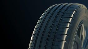 La roue d'été de pneu de voiture tournent le noir d'isolat de mouvement banque de vidéos