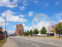 la roue de ferris se tient sur la voile de hanse à Rostock photographie stock libre de droits