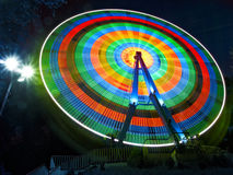 La roue de Ferris tourne la nuit Photo libre de droits