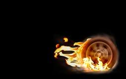 La roue de rotation de courses d'automobiles brûle le caoutchouc sur le feu photos libres de droits