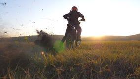 La roue du motocross font du vélo commencer à tourner et des coups de pied rectifié ou saleté E motocycliste banque de vidéos