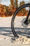 La roue est profondément coincée dans le sable Photo stock