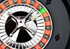 La roulette roulent dedans le plan rapproché de casino Photographie stock
