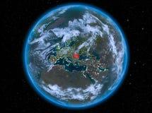 La Roumanie la nuit sur terre Image libre de droits
