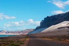 La route à Archer, la zone protégée de dunes de sable dans l'île de Socotra, Yémen Image stock