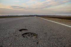 La route à la rugosité de la Russie c : les deux puits Vue du champ et de la route Images libres de droits