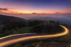 La route étonnante et le crépuscule de courbe de fond de lever de soleil de nature colorent la longue vue d'exposition Montagne p Image libre de droits