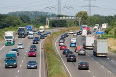 La route allemande avec des voitures et les trucs s'approchent de la ville Eschweiler images stock