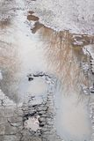 La route asphaltée par mauvais Grand nid de poule rempli avec de l'eau Assiette de la route détruite dangereuse image stock