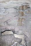 La route asphaltée par mauvais Grand nid de poule rempli avec de l'eau Assiette de la route détruite dangereuse photographie stock