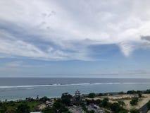 La route au milieu de la for?t ? regarder de la mer vue du haut de la colline image libre de droits