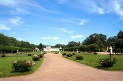 La route au palais a garni de la pivoine de floraison Photos libres de droits