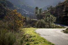 La route au village de Piodao dans la pente de la montagne d'Acor Image stock