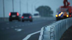 La route aux crépuscules, voiture de service de route clignote banque de vidéos