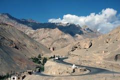 La route aux montagnes s'approchent du lamayuru Photographie stock