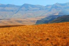 La route, chemin en montagnes de dragon de Drakensberg aménagent en parc Image stock