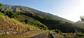 La route contourne le paysage montagneux image libre de droits
