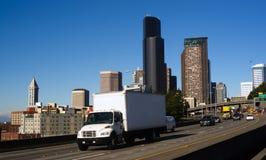 La route 5 d'un état à un autre coupe l'horizon du centre de Seattle Photographie stock libre de droits