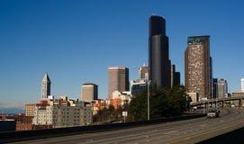 La route 5 d'un état à un autre coupe l'horizon du centre de Seattle Images stock