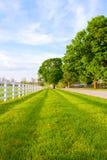 La route de campagne a entouré les fermes de cheval Photos stock