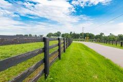 La route de campagne a entouré les fermes de cheval Photo libre de droits