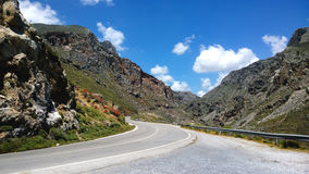 La route de montagne va par la gorge de Kourtaliotiko en Crète photo libre de droits