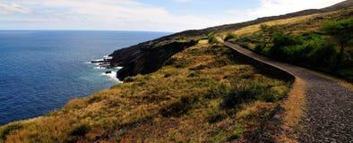 La route de pavé rond traverse le terrain montagneux photos stock
