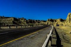 La route de Perect avec le ciel bleu et les montagnes jaunes ! Photographie stock libre de droits