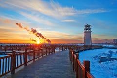 La route de planche et le coucher du soleil de tour légère Image stock