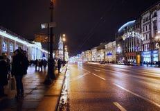 La route de rue d'avenue de nuit de ville de Sankt-Pétersbourg a illuminé le ciel de décor de célébration de Noël dehors Photo stock