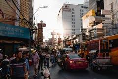 La route de Yaowarat est une rue principale dans Chinatown de Bangkok images stock