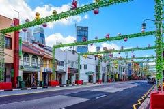 La route du sud de pont de Singapour de Chinatown a décoré pendant la nouvelle année Image libre de droits