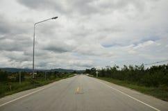 La route et l'itinéraire vont au barrage de Bhumibol à Tak, Thaïlande photo libre de droits