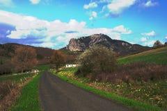 La route et le Bugarach font une pointe dans le Corbieres, France photo stock