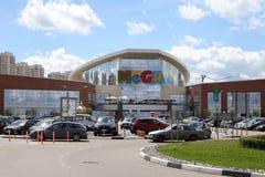 La route et le stationnement avant l'entrée principale du commerce de MÉGA centrent Photo libre de droits