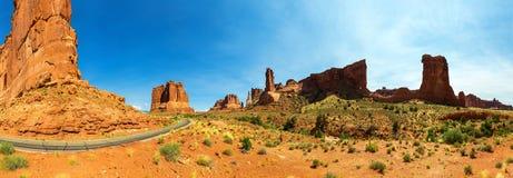 La route et les montagnes rocheuses dans la distance aménagent en parc Photographie stock libre de droits
