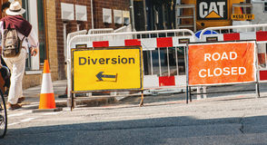 La route a fermé le signe et la déviation sur des rues de Londres Photo stock