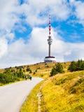 La route goudronnée menant à l'émetteur de TV et la surveillance dominent sur le sommet de la montagne de Praded, Hruby Jesenik,  Images stock