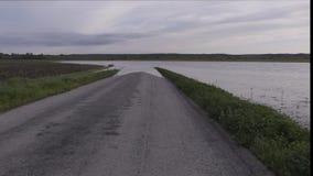 La route a inondé par le fleuve Mississippi près de Prarie Du Rocher, l'Illinois banque de vidéos