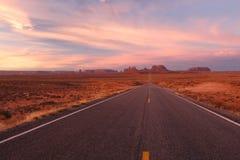 La route a mené à la vallée de monument photos libres de droits