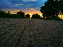 La route menant au ciel lumineux photo stock
