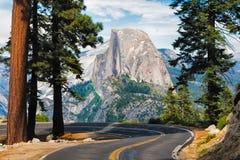 La route menant au point de glacier en parc national de Yosemite, calorie Images libres de droits